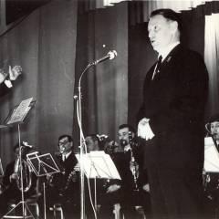 23.дирежирует оркестром г.Москва